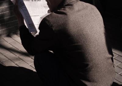 Chinois de Pékin lisant son journal