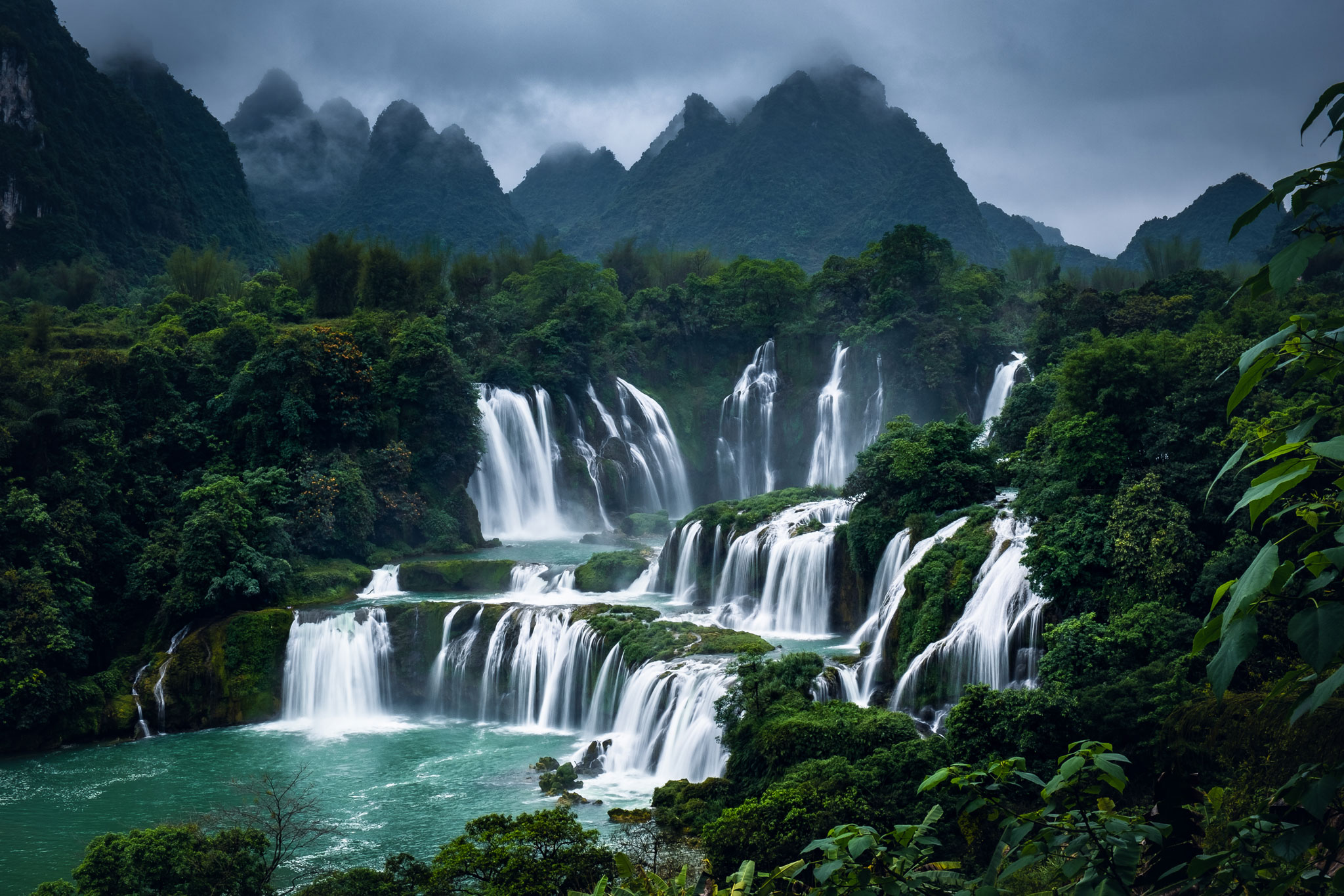 DETIAN WATERFALLS BORDERING WITH CHINA AND VIETNAM