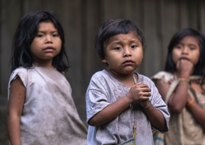 kogi-indigenous-kids-praying-sierra-nevada-de-santa-marta