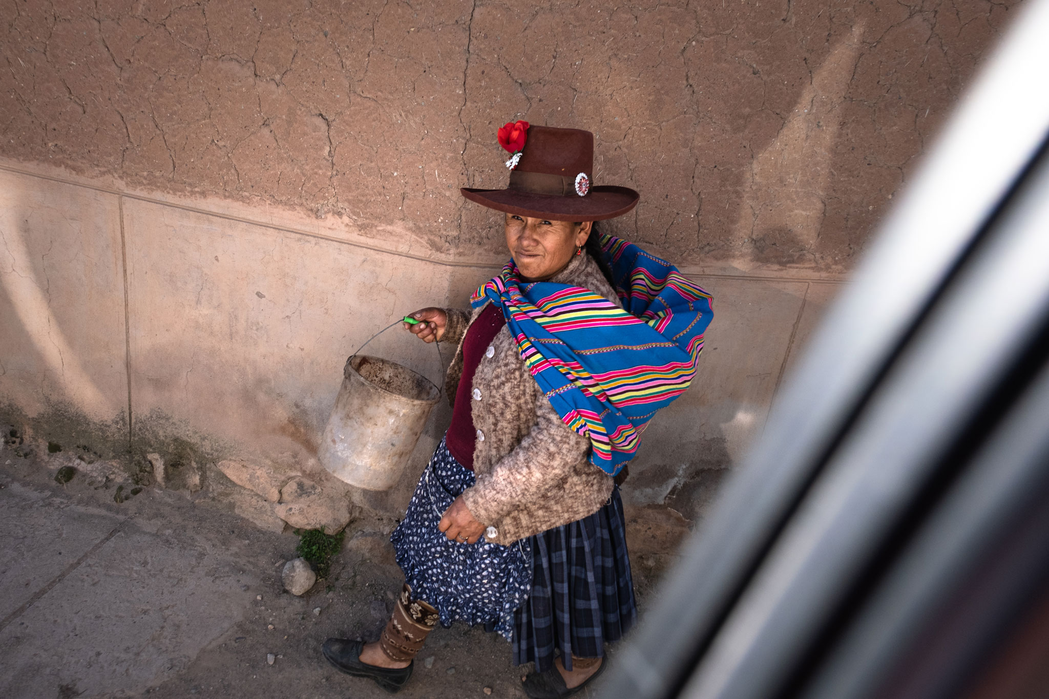 peruvian-woman-on-the-road