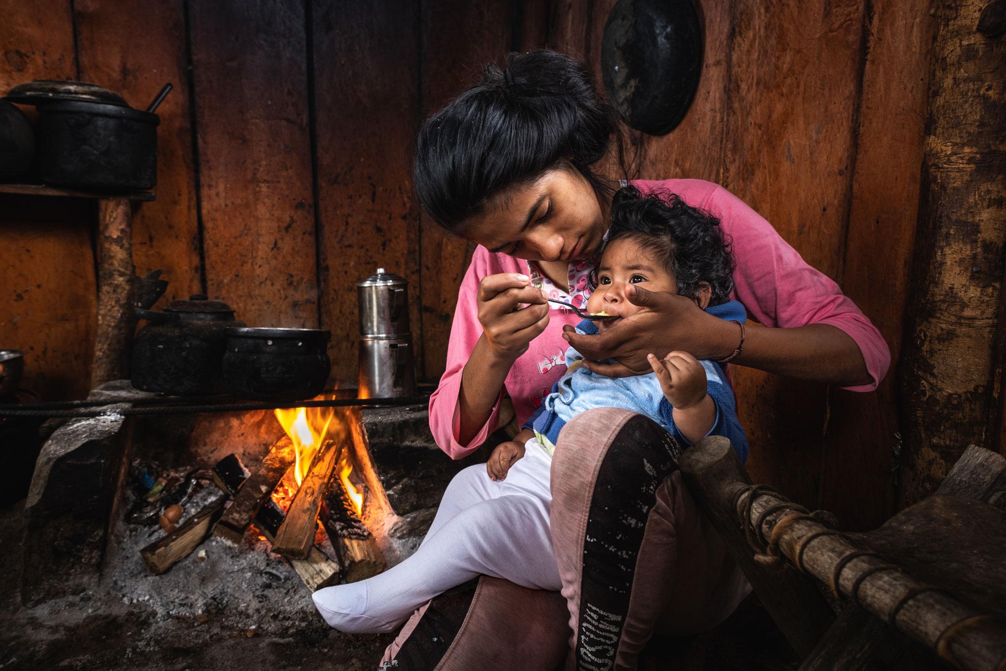 gabriela-feeding-her-baby-llaqtapata-peru