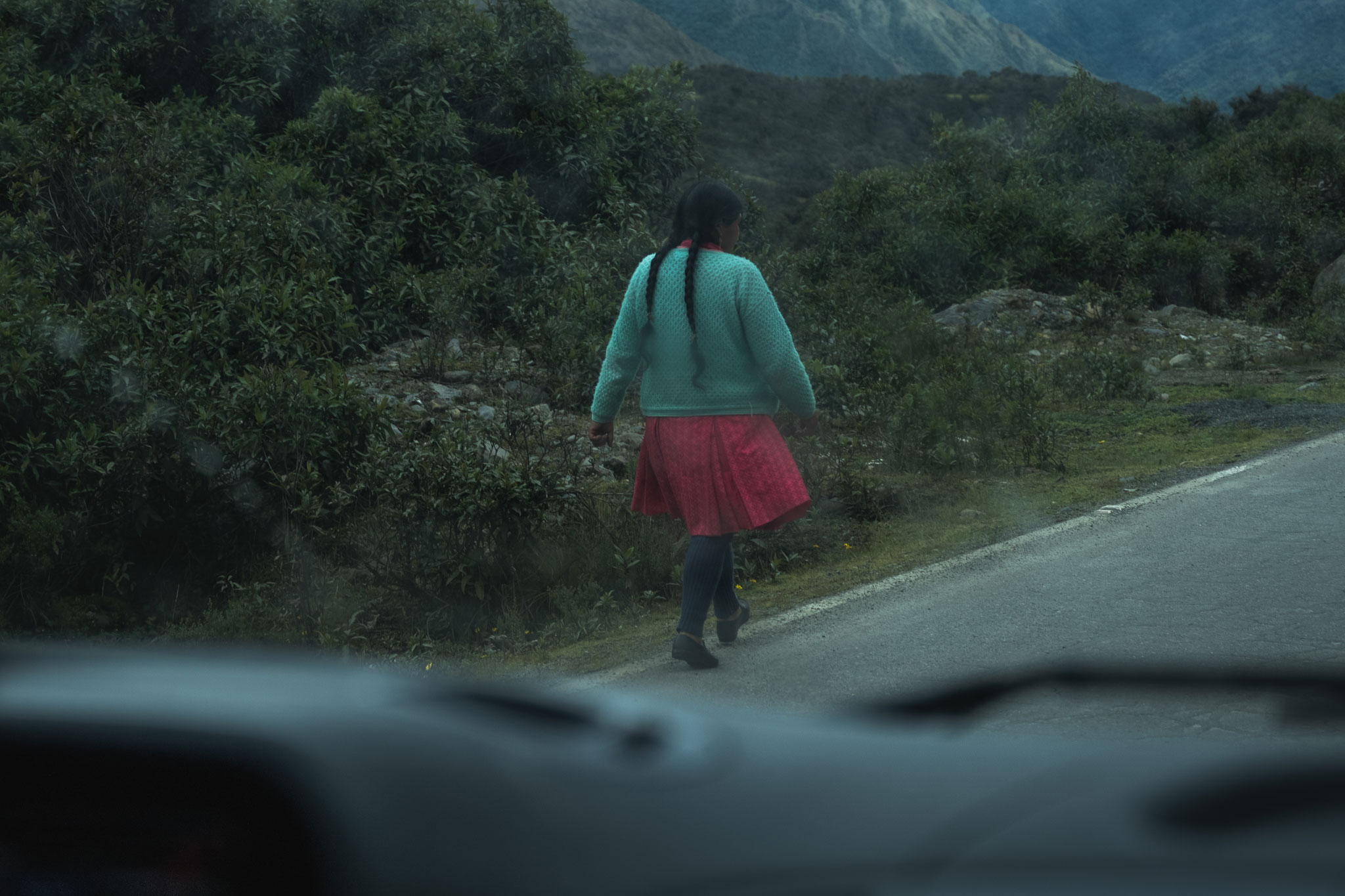 quechua-woman-on-the-road